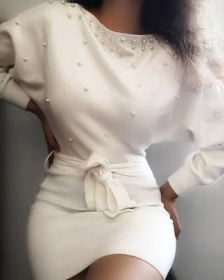 Mini-robe blanche à perles avec ceinture