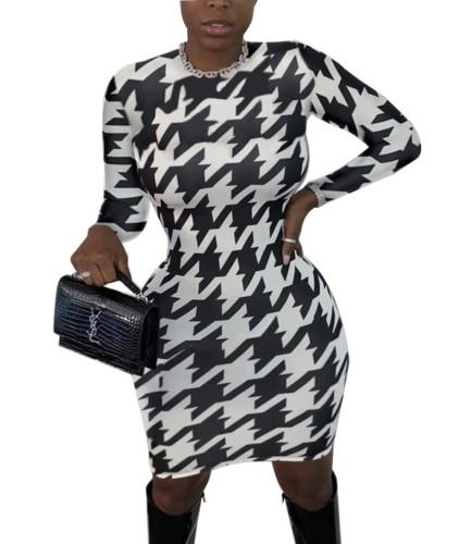 Bodycon-Kleid mit rundem Hals und weißem und schwarzem Print