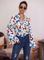 Gebundene Bluse mit Herbst-Schmetterlingsdruck und weiten Ärmeln