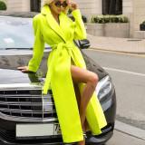 Grüner langer Mantel im Winter Street Style mit Gürtel