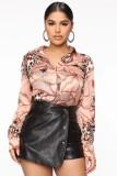 Elegante Bluse mit Retro-Print im Herbst
