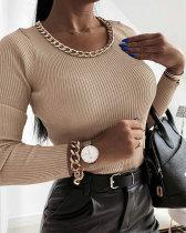 Haut basique en tricot d'automne avec encolure en métal
