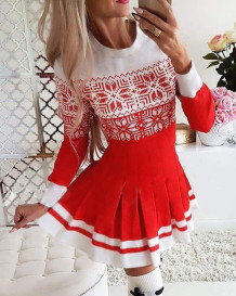 Vestido skater plissado com estampa vermelha e branca de natal