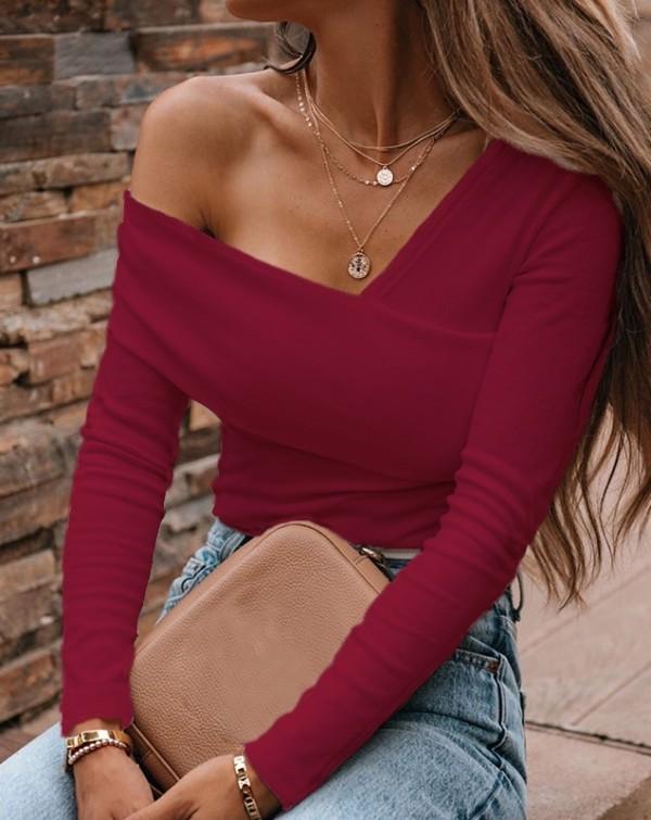 Haut tricoté à manches longues et épaules dénudées de couleur pure d'automne