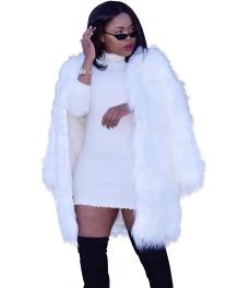 冬の白い長い毛皮のコート