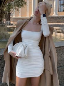 Осеннее однотонное квадратное мини-платье со сборками и рюшами