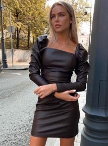 Зимнее черное кожаное мини-платье с объемными рукавами и квадратным вырезом