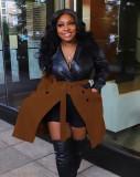 冬の黒と茶色のコントラストレザージャケット