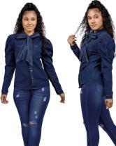 Blusa de mezclilla atada con mangas abullonadas azul oscuro de otoño