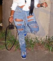 Herbstliche, stylische, kontrastierende Blue Jeans