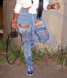 Otoño con estilo jeans rasgados con contraste azul
