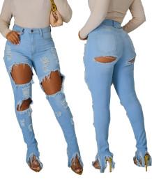 Herbstliche stilvolle hellblaue, herausgerissene Jeans mit hoher Taille