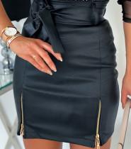 Federseitiger Reißverschluss-Minirock aus Leder mit hoher Taille