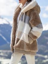 Abrigo con capucha y cremallera en contraste de polar de invierno