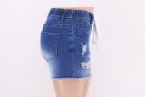Pantalones cortos de mezclilla con flecos y cordones rasgados en azul de verano