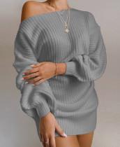 Minivestido estilo suéter con hombros descubiertos y mangas de murciélago gris de primavera