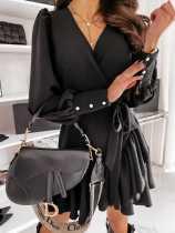 Vestido cruzado negro elegante de manga larga con volantes