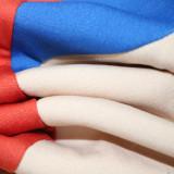 Conjunto informal de pantalón y top con capucha y ajuste en contraste de dos piezas