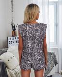 Conjunto de salón con camisa sin mangas y pantalones cortos con estampado de leopardo de verano