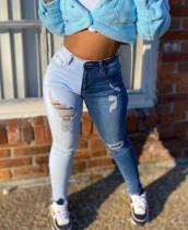 Jeans ajustados rasgados de cintura alta en contraste de verano