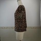 Camisa de verano con cuello redondo y estampado de leopardo