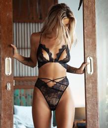 Sexy zwarte kanten bh en panty met hoge taille