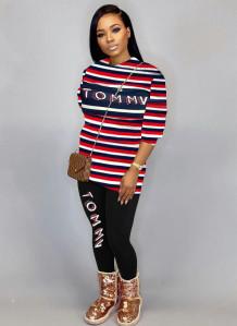 Conjunto de calças e camisa justa com listras de manga comprida com estampa de letras