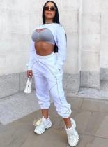 ストリートスタイルの白い長袖クロップトップとスウェットパンツのセット