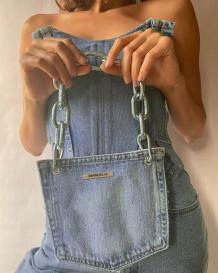 Blaues trägerloses Denim-Schnüroberteil mit passender Handtasche