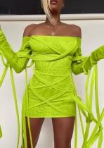 Весеннее зеленое мини-клубное платье с открытыми плечами и завязками