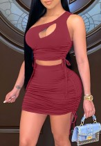 Crop top à une épaule froncé rouge d'été et mini-jupe assortis à 2 pièces