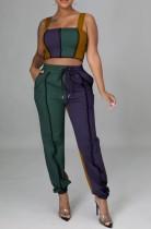 Completo estivo abbinato a due pezzi con spalline larghe a contrasto e pantaloni della tuta