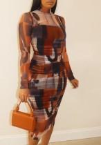 Летнее красочное платье миди больших размеров с длинными рукавами