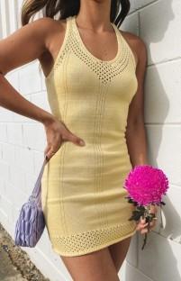Mini abito giallo estivo lavorato a maglia con scollo all'americana