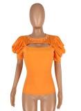 Camicia aderente arancione tagliata con maniche a sbuffo estivo
