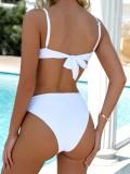 Einteiliger Bademantel mit weißem Schnürriemen
