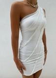 Vestito da mini club monospalla con volant bianco estivo