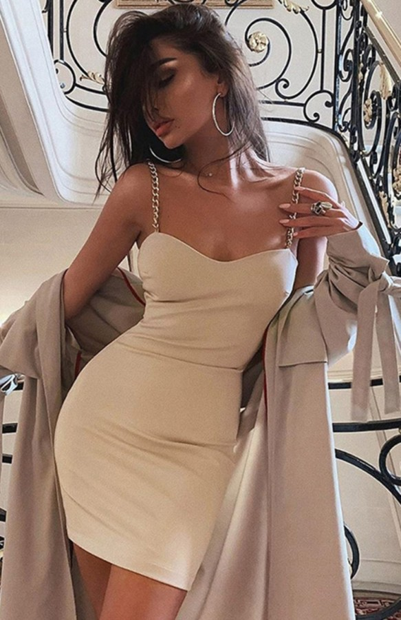 Vestito da mini club con cinturino in catene sexy beige estivo