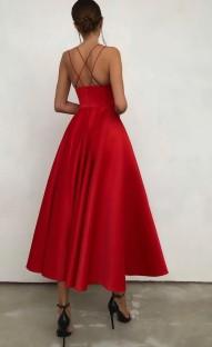 Летнее официальное красное длинное платье для выпускного с бретельками и завышенной талией
