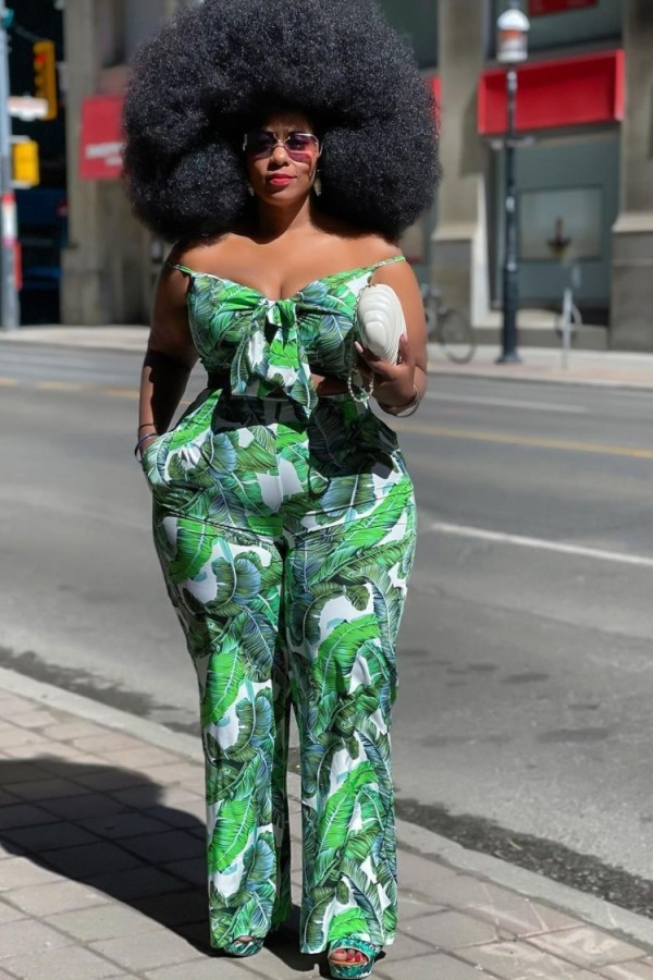 Top corto e pantaloni verdi con stampa estiva Plus Size