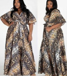 Летнее длинное макси-платье больших размеров с запахом из змеиной кожи и короткими рукавами