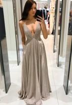 Sommer formelles graues Abendkleid mit tiefem V-Riemen