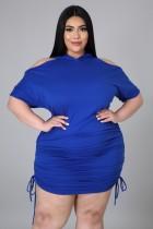 Vestido con capucha y hombros descubiertos en azul de talla grande de verano
