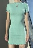 Sommergrünes Basic-Strick-Minikleid mit kurzen Ärmeln