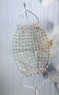 Beige gezichtsbedekking met zomerparels in visnetpartij