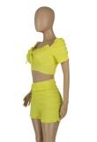 Conjunto de 2 piezas de top corto amarillo informal de verano y pantalones cortos fruncidos