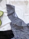 Einteilige Badebekleidung mit weißen und schwarzen Streifen und Rüschen