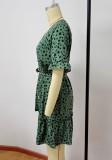 Minivestido con cuello en V verde de lunares de verano joven