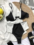 Weiße und schwarze zweiteilige Badebekleidung mit hohem Taillenriemen