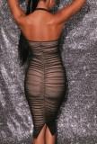 Vestido a media pierna con pliegues y cuello halter negro formal de verano